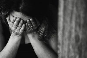femme-triste-pleure-mains